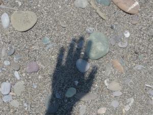 Shadow_of_Hand_on_Beach_-_by_Örjan_Lindén_2009
